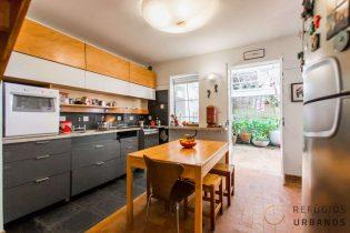 Casa de 118m2 + quintal em rua tranquila e residencial com três dormitórios, área externa e uma vaga de garagem na Bela Vista.