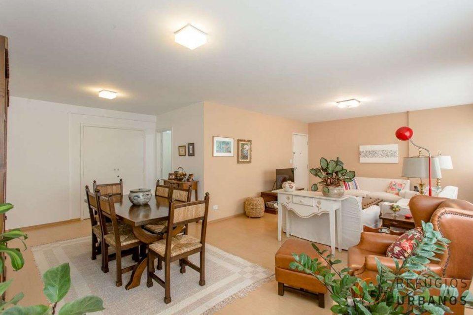 No coração do Itaim Bibi, um apartamento com uma planta excelente: 155 metros de área útil com 3 dormitórios (1 suíte) e vaga na garagem.