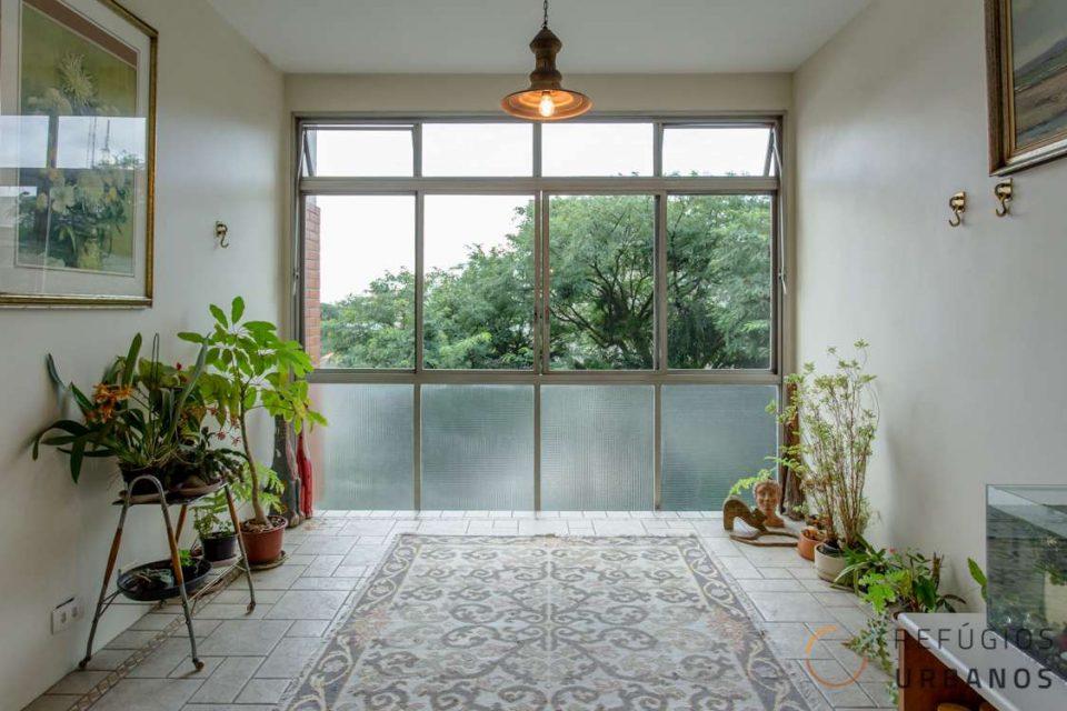 Apartamento com 123m2, com 3 dormitórios (1 suíte) e 1 vaga de garagem, com janelão e vista para a copa das árvores em Higienopolis