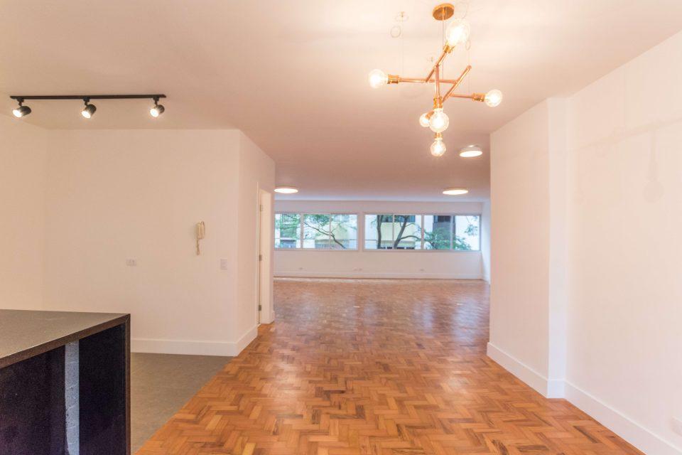 Apartamento totalmente reformado em Higienopolis, com 236m2, três dormitórios, sendo duas suites e uma vaga a um pulo da Av. Paulista.
