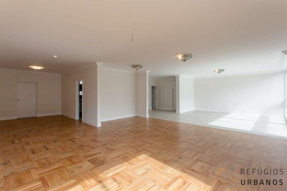 Apartamento reformado em Higienopolis com 248m2, três dormitórios, sendo uma suite e duas vagas em ótima localização pertinho do shopping.