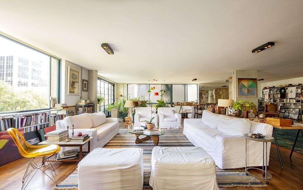 Apartamento em Higienopolis, assinado por Fábio Penteado, reformado, com 397m2, duas suítes e quatro vagas em localização privilegiada.