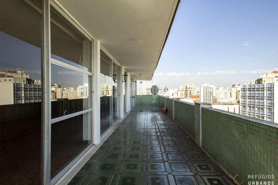 Cobertura duplex em Higienopolis, assinada por Botti & Rubin, 575m2, três dormitórios, duas suites, duas vagas e vista espetacular para o vale do Pacaembu.