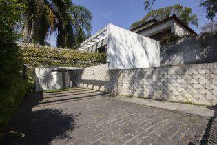 Casa no Pacaembu, assinada por Jon Maitrejean com 477m2 de área construída em terreno de 598m2, 4 dormitórios, sendo 2 suites e vaga para até 4 veículos.