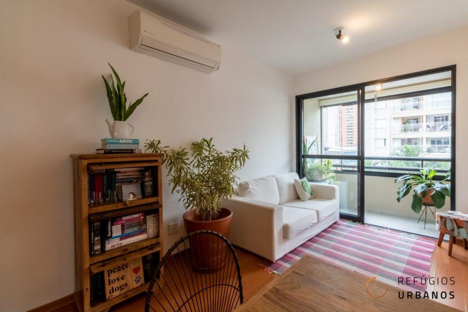 Vila Olímpia, apartamento reformado e charmoso com 52 m2, 2 quartos, varanda, 1 vaga. Prédio com lazer. Ótima localização.
