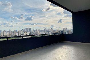 Vila Olímpia, cobertura duplex com 156 m2. Vista impressionante. Área externa. Cozinha americana. Prédio com lazer completo. 1 quarto, 2 vagas.