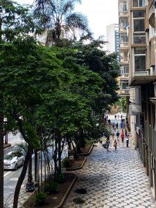 A Av. São Luis é o cenário para um desfile de prédios assinados por grandes nomes da arquitetura paulistana e brasileira.