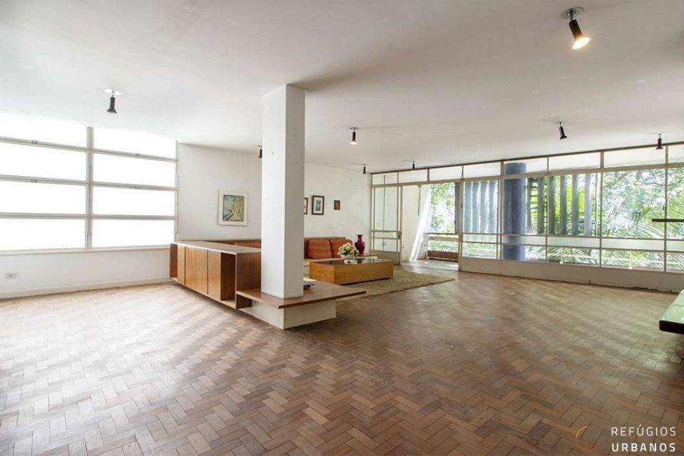 Apartamento em Higienopolis, assinado por Henrique Mindlin com 404m2 com varandão, 4 dormitórios sendo uma suíte e vagas para até 4 carros.