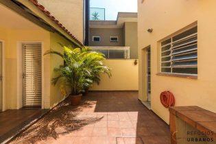 Campo Belo, casa 145 m2 de área construída. Rua tranquila, ótima localização. 3 quartos/1 suíte. Edícula. 2 vagas.