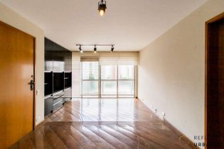 Moema Pássaros, apartamento com 113 m2, planta bem distribuída com 3 quartos, 2 banheiros, lavabo, varanda, 2 vagas. Oportunidade para deixar do seu jeito.