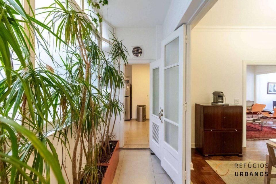 Apartamento na Av. São Luis, em edifício icônico, com 189m2, reformado, com varandão, home office e dois quartos, sendo uma suite.