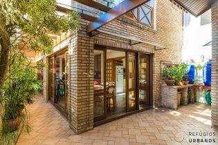 Moema, casa com 336 m2 de área construída, rua tranquila. 4 suítes. Área externa e edícula com salão de jogos e churrasqueira. 3v.