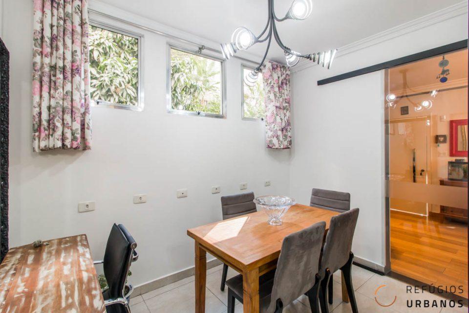 Sala de jantar com janelas
