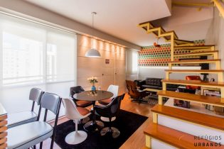 Moema Índios, duplex com 72 m2, cozinha americana, varanda, 1 suíte/2 banheiros, lavabo, 2 vagas. Prédio com piscina. Perto do Metrô e do Shopping.