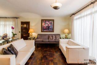 Alto da Boa Vista, sobrado, 210m2, 5 dorm (2 suít), salas amplas, piso de taco original, edícula com suíte, recuo bilateral. 3vgs.
