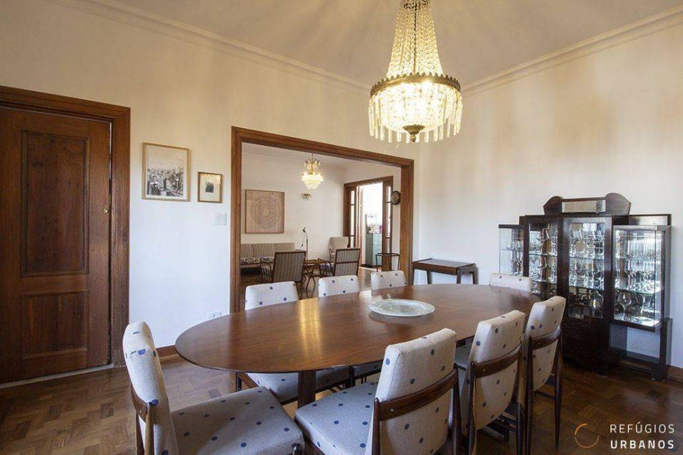 Apartamento na Av. São Luis, andar alto, com 196m2 construídos, reformado, com varandão, home office, dois quartos, sendo uma suite e 1 vaga.
