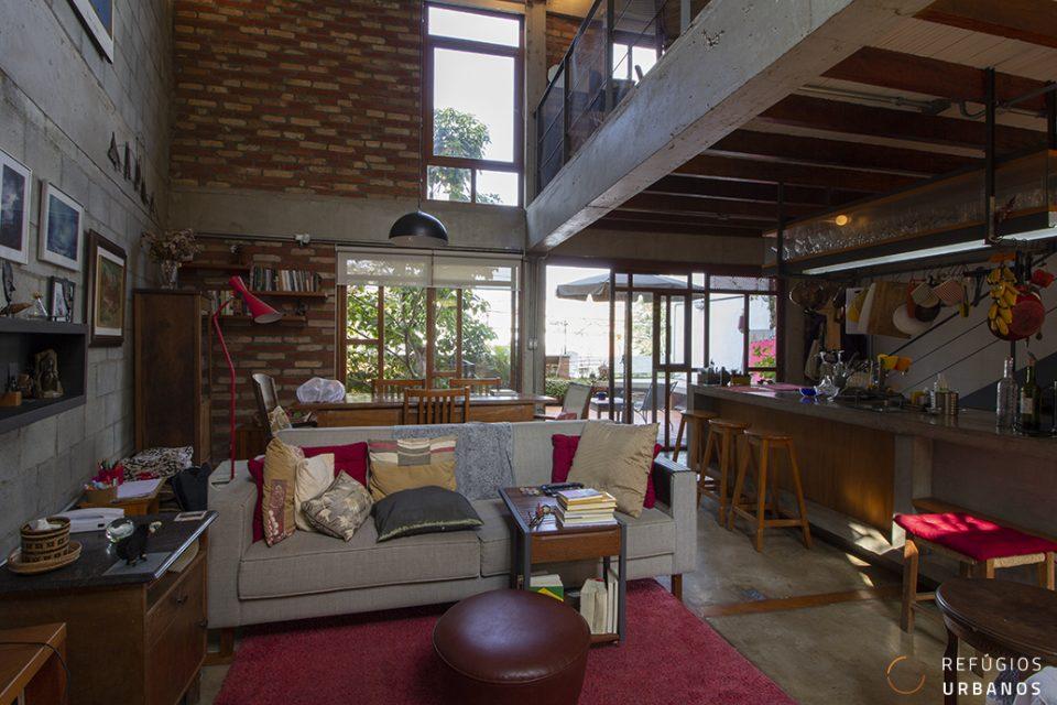 Na Vila Madalena, casa moderna, integrada e com muita iluminação natural, em 180m² de área construída, com 1 suíte e 1 vaga