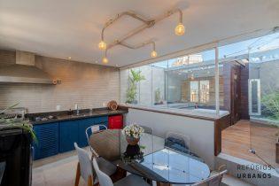 Moema Pássaros, cobertura duplex de 137 m2. Espaço gourmet, jacuzzi, sauna, super vista do bairro. 2 quartos, planta versátil! 2 vagas. Reformadíssima e linda!