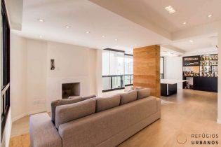 Moema Pássaros, com 192 m2, reformadíssimo, alto padrão. Andar alto. 4 quartos/2 suíte, 2 vagas. Varanda integrada, lareira e muito espaço.