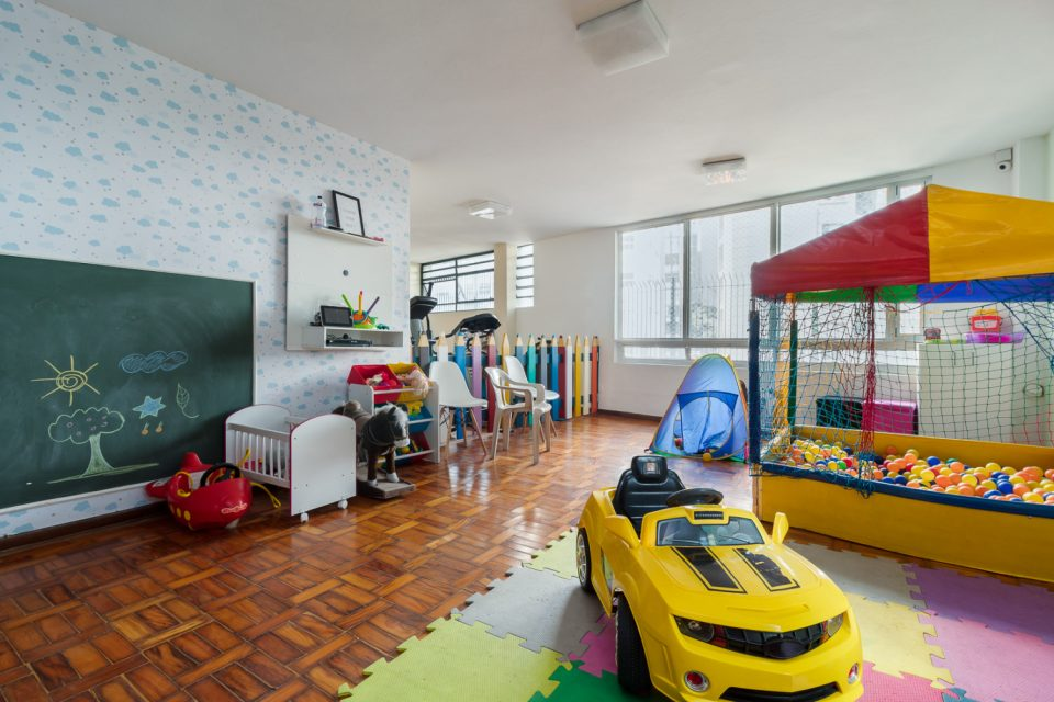 Jardim Paulista: Apartamento de 206 metros de muita luz, sacadinha, janelões, 3 dormitórios, sendo uma suite e 1 vaga na garagem.