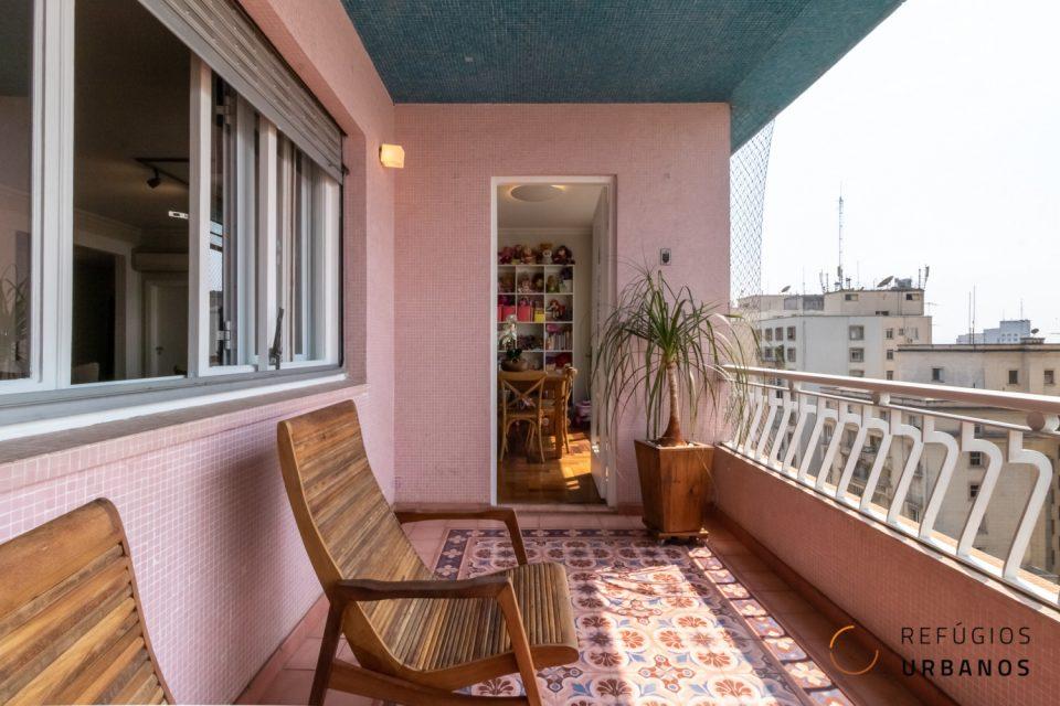 Apartamento na Republica, no Ed. Louvre de Artacho Jurado reformado em andar alto com 266m2 varanda 3 quartos sendo uma suíte e uma vaga.