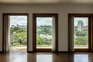 Avarandado em todas as fachadas, 300m² com 4 suítes e 4 vagas em região residencial no Alto de Pinheiros, rodeado de praças com muito verde!