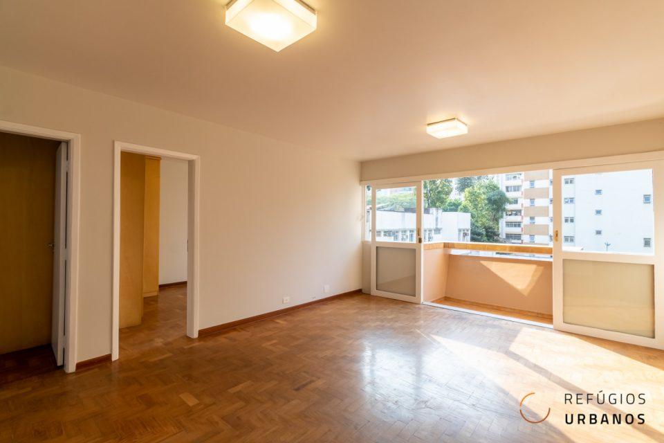 Apartamento solar com varandinha de 84m2 com dois dormitórios no baixo Augusta com um super potencial de reforma.
