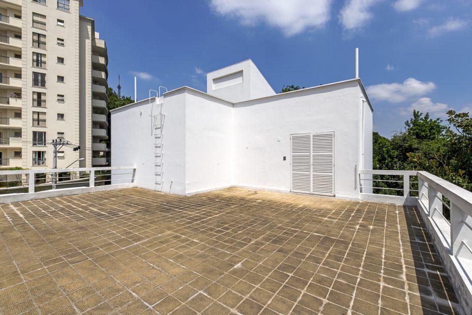 Casa Modernista da Rua Bahia, projetada por Gregori Warchavchik em 1930, localizada em Higienópolis, a poucos passos da Avenida Paulista Alguns imóveis dispensam apresentação, como é o exemplo da Casa Modernista da Rua Bahia, que vai entrar no mercado pela segunda vez desde a sua construção. Mas, primeiramente, vamos história dela: considerada umas primeiras obras modernistas do Brasil, concluída em 1930, foi concebida por Gregori Warchavchik, com jardins desenhados por Mina Klabin, esposa do arquiteto. A casa foi encomendada pela família Silva Prado, que nela residiu até a década de 50, quando os pais dos atuais proprietários a compraram. Logo após a aquisição, convidaram o arquiteto autor do projeto, para coordenar uma pequena reforma que manteve muitas características originais e fez pequenas alterações. A principal delas foi a nova escada de vidro, assinada pela arquiteta Lina Bo Bardi.
