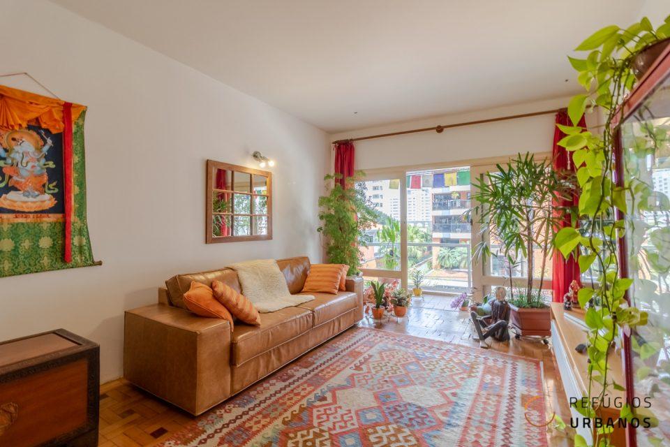 Com uma varanda bem gostosa, apartamento de 94m² e dois quartos, super iluminado, com pé direito alto e cômodos generosos, em Pinheiros.