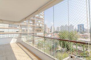 Vila Nova Conceição, apt com 197 m2. Espaços amplos, acabamentos de primeira, super varanda. 3 quartos/2 suítes. 2 vagas. Prédio com piscina.