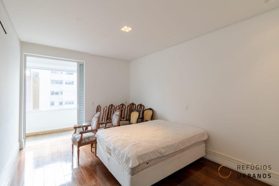 Apartamento com 260m² em Santa Cecilia, em andar alto, com sala iluminada por janelas que emolduram a vista da cidade.