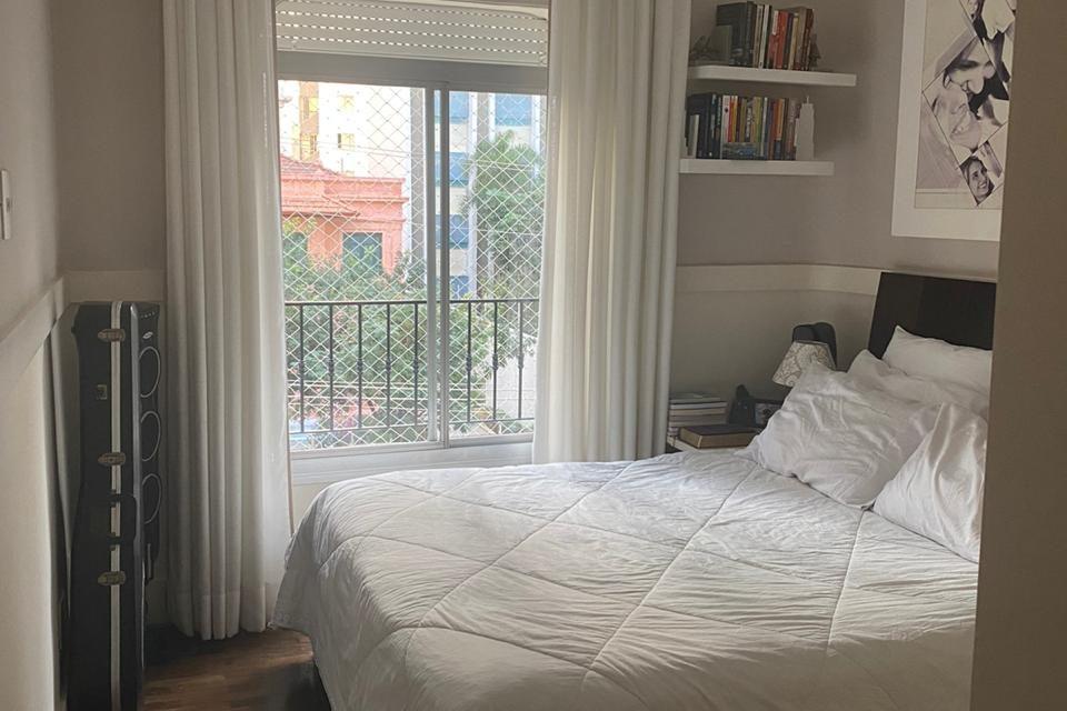 Em Santa Cecilia, na rua Dr. Gabriel dos Santos, com 102 m2, varanda, 3 quartos sendo uma suíte, 2 vagas e piscina.