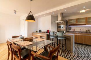 Moema Índios, apartamento charmoso e reformado com 96 m2, 3 quartos/2 suíte, lavabo, 1 vaga. Cozinha americana. Prédio com lazer.