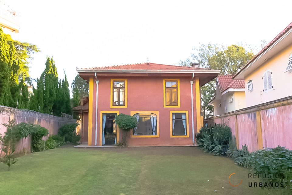 Alto da Boa Vista, uma casa encantadora, com 350m2 em um terreno de 513m2, 4 suítes. Estilo toscano com área externa com muito verde e espaço.