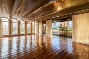 Brooklin, para os amantes de arquitetura, um apartamento de 338m², 4 suítes, ambientes mega generosos, super varanda com vista livre. 4 vgs. Ótima localização.