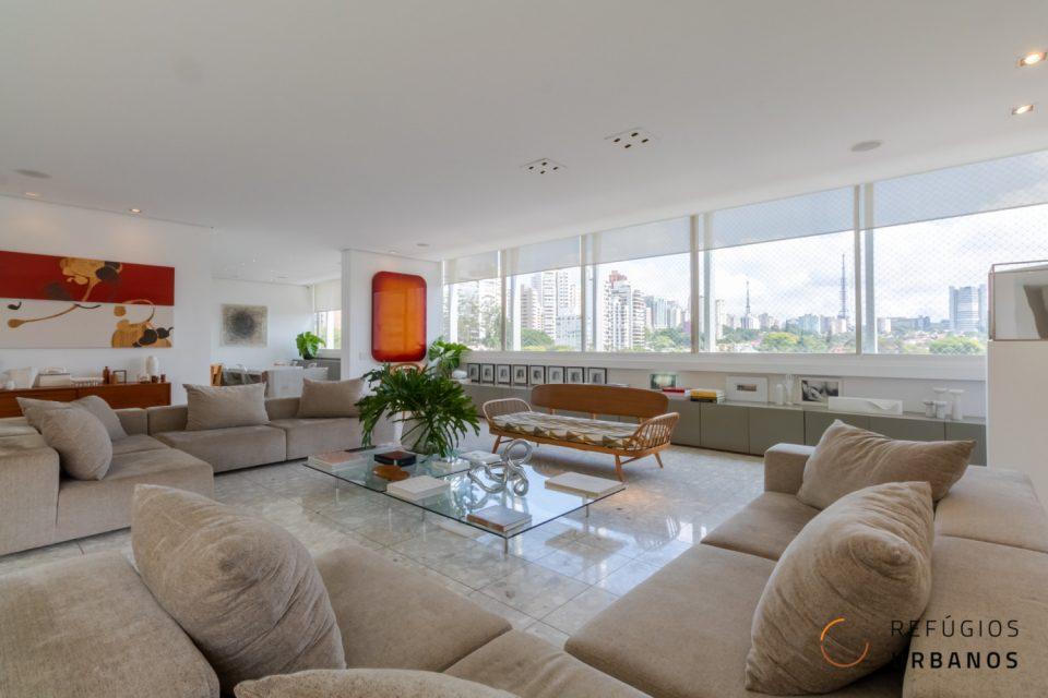 Apartamento em Higienopolis 420m2 assinado por Jorge Zalszupin, duas suites e 3 vagas, reformado em um grande espaço fluido que é pura luz.
