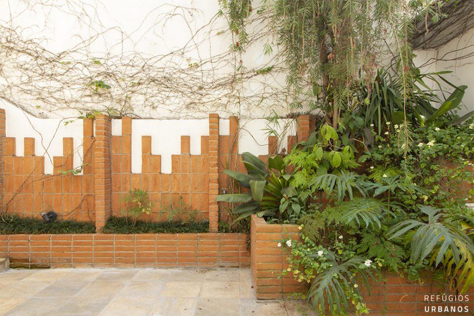 Casa de vila com 259m² construídos em dois volumes com entrada independente, 3 quartos e uma espaçosa cozinha no volume principal.
